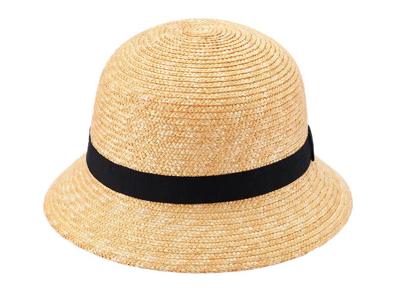 田中帽子店 uk-h010-glbk Gland グラン 麦わら帽子 クロッシェ 子供用 ブラック 52cm 54cm   麦わら帽子に使われるのは主に大麦の茎。それを7本組み、真田ひも状に編んだ「麦わら真田」が材料となります。まず、1本1本手で編み上げられた真田を霧吹きで湿らして縫製。次に型入れして天日で水分を飛ばした後、乾燥させて装飾します。この縫製→型入れ→装飾という流れを3人で分業して進めていくことで、1つの帽子が仕上がります。