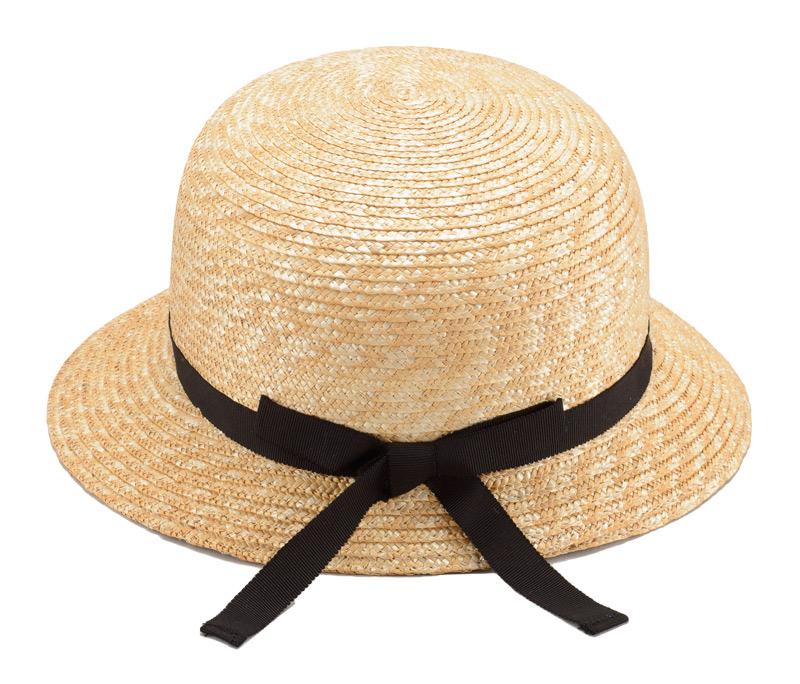 田中帽子店 uk-h010 Petit プティ つば短 女優帽 子供用 54cm  バックの結び目がワンポイント。 麦わらのナチュラルカラーにブラックリボンの定番スタイル。落ち着いた雰囲気の中にも、細めのリボンの結び目が、かわいらしさを演出してくれます。ゴム製のあごひもが付いているので、風の強い日でも安心です。また、サイズ調整テープ付きなので、今年が少し大き目でも来年もまたかぶることができます。