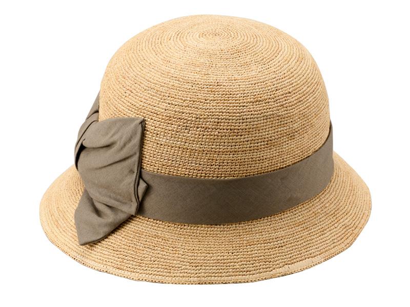 田中帽子店 uk-h011-mi Mina ミーナ ラフィア 子供用 前リボン女優帽 54cm 女の子が大好きなリボンを大きく前面に付けた天然素材のラフィア帽子 マダガスカル原産の天然素材ラフィア。軽量で、柔らかいのが特長の素材。そのラフィアを手編みし、女の子用の帽子を作りました。綿麻の生地をテープに使用した、フロント部分の大きなリボンが特長。女の子が大好きなリボンを大きくデザインのアクセントに。 可愛らしさもあり、上品なネイビーとカーキの2色展開です。