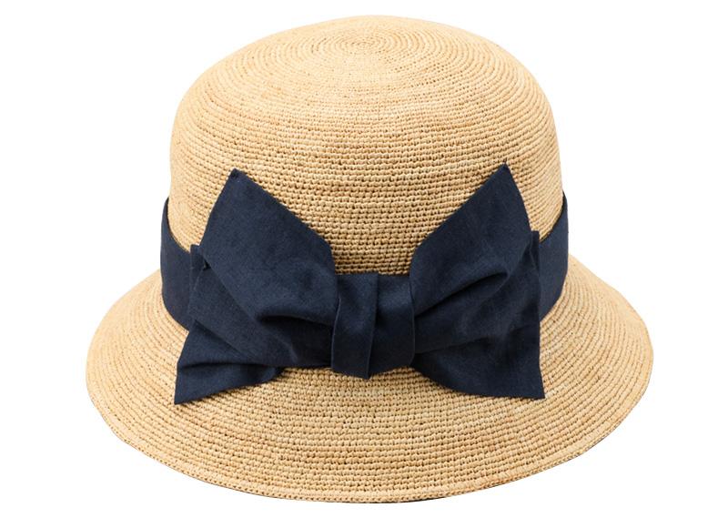 田中帽子店 uk-h011-mi Mina ミーナ ラフィア 子供用 前リボン女優帽 54cm 折りたたみ可能だから、おでかけにも最適!つばは視界を遮らないように少し短め。つば先にはワイヤーが入っており、角度やかぶり方のアレンジも自由自在。 また、日本人の木型で製造されているのでフィット感が抜群。汗止めの内側にはサイズが微調整できる面テープも付いています。 素材も柔らかく、折り畳みも可能。使用しない時にはくるっとまとめてバッグに入れてしまえば持ち運びも簡単です。