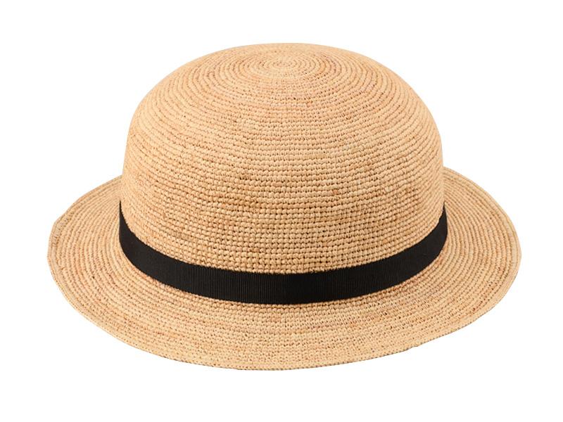 田中帽子店 uk-h011-su Sunny サニー ラフィア 子供用帽子 50cm 52cm 54cm 軽くて柔らかいラフィアを使用 ダガスカル原産の天然素材ラフィア。軽くて柔らかいのが特長。そのラフィア素材を使った使った男女兼用のキッズ用帽子。クラウンは真ん丸で、短めのつばが特長の可愛らしい帽子です。細かく手編みされた帽子は、大人の帽子と同様の製造工程を経て作られています。キッズ用とはいえ、高級感があり、プレゼントにも最適です。あえてリボンの先をラフに止めて、 可愛らしくに仕上げました。