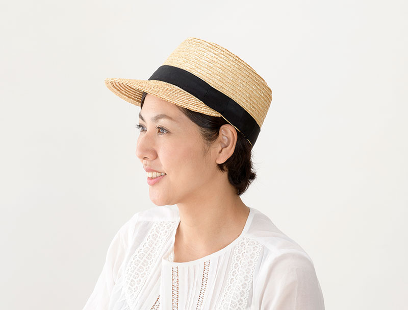 田中帽子店 uk-h027 Mathis マチス 婦人用 麦わら キャップ 57cm カジュアルでボーイッシュな印象の麦わらキャップ 従来の麦わら帽子のイメージとは違った、スマートカジュアル感があふれるデザイン。つば広型やハット型が多い麦わら帽子ですが、個性的で珍しいキャップ型に仕上げました。キャップと言っても大人の女性を意識したすっきりとした印象。 生成りのナチュラルカラーで作られたシンプルなデザイン。