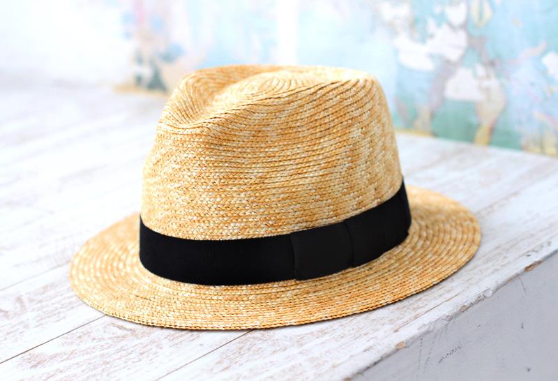 田中帽子店 uk-h052 Glan グレン フェドラー型 中折れ 麦わら 帽子 定番の中折れ帽子をカジュアルに仕上げました。少し高めの頭型に、短めでフラットなツバというシルエットが正面から見ると縦長に見え、顔がほっそりと見える効果もあります。ファッションの一部としてのキーアイテムとしてだけでなく、紫外線から身を守る実用品としても麦わら帽子は大活躍します。