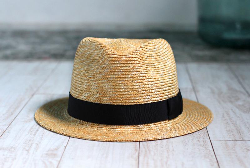 田中帽子店 uk-h052 Glan グレン フェドラー型 中折れ 麦わら 帽子 機能性も備えた伝統手工芸品 麦わら帽子に使われるのは主に大麦の茎。それを7本組み、真田ひも状に編んだ「麦わら真田」が麦わら帽子の材料です。熱中症対策として重要性が高まる夏の帽子。麦わらは空気をよく通し、帽子内にこもりがちな熱を放出します。湿度の高い日本の夏こそ、昔ながらの麦わら帽子の良さを実感してください。また、帽体は日本人にあった木型で作られているのでフィット感が抜群!ギフトにも喜ばれます。
