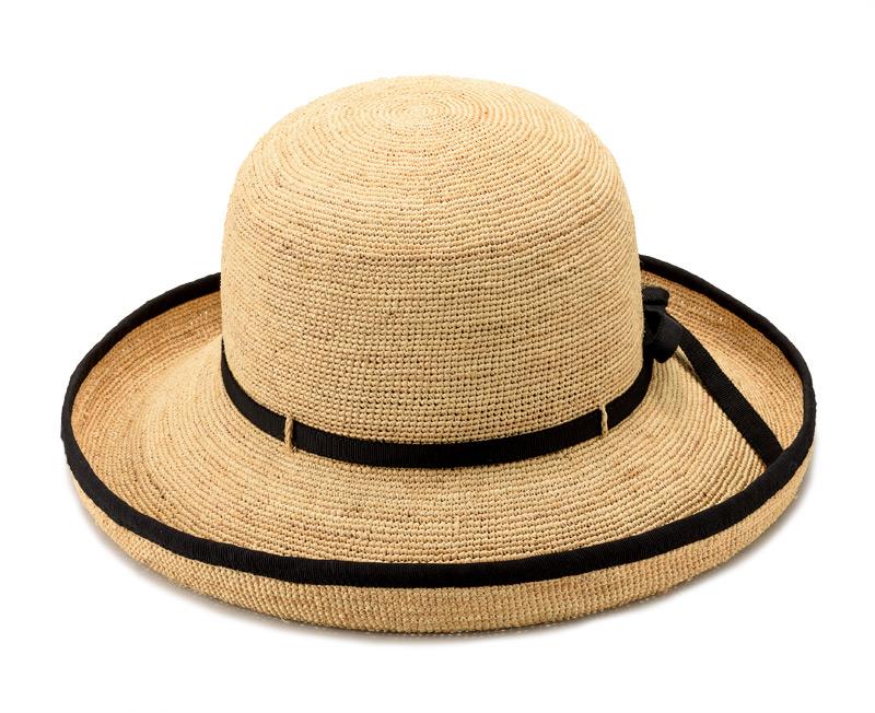 田中帽子店 uk-h056 Flore フローラ ラフィア エッジアップ つば先の上がったエレガントなエッジアップが魅力的。 リボンとパイピングが印象を引き締める、天然素材のラフィア帽子です。 スカートやワンピースのフェミニンスタイルはもちろん、デニムなどのカジュアルスタイルにもぴったり。