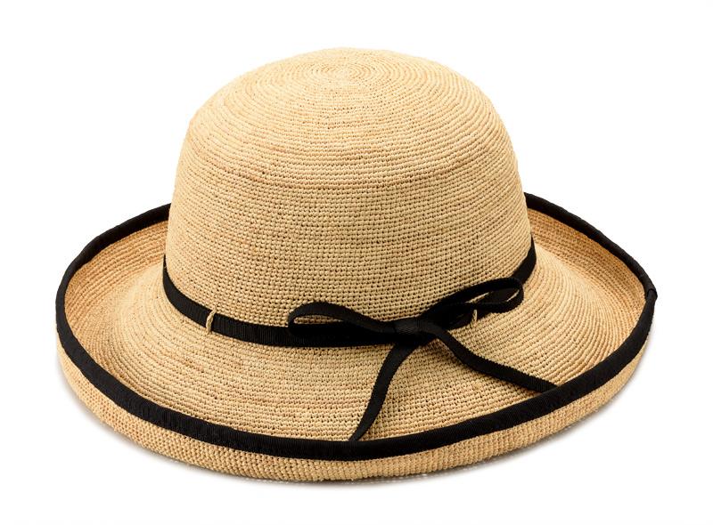 田中帽子店 uk-h056 Flore フローラ ラフィア エッジアップ ラフィアとは、マダガスカル原産の「ラフィア椰子」の葉を加工した天然素材です。その繊維から作られる紐を編んだ素材から帽子を作っています。 使うほど手に馴染み肌触りもやさしくなっていきます。