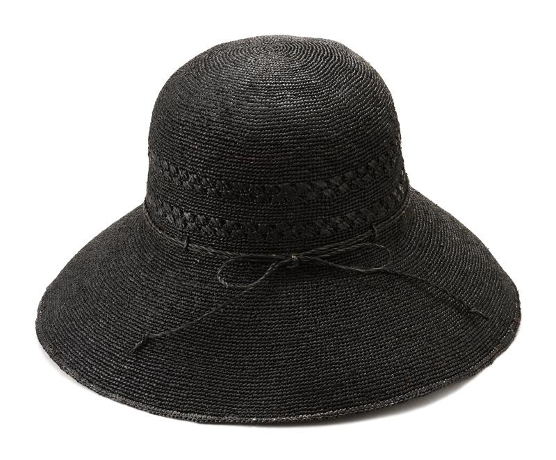 田中帽子店 uk-h058 Marie マリー ラフィア レース編み つば広帽子(58cm) ラフィアとは、マダガスカル原産の「ラフィア椰子」の葉を加工した天然素材です。その繊維から作られる紐を編んだ素材から帽子を作っています。 使うほど手に馴染み肌触りもやさしくなっていきます。