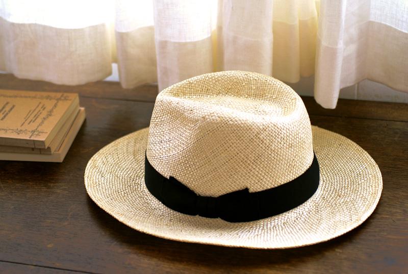 田中帽子店 uk-h060 Odette オデット ケンマ草 婦人用 つば広 中折れ 帽子 ( 57.5cm ) 定番の中折れ帽子をより洗練させたデザイン 昔から、男女問わず愛される世界のロングセラー中折れ帽子。 その定番の中折れ帽子をより洗練させたデザインに仕上げました。 つば広タイプなので、ファッションとしてももちろん、日差しもしっかりカットしてくれます。 また、帽体は日本人にあった木型で作られているのでフィット感が抜群!かぶる人を選ばずギフトとしても最適です。
