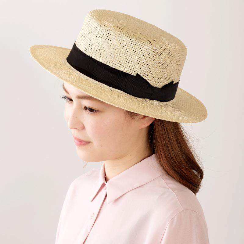 田中帽子店uk-h062Margotfマルゴフェムケンマ草婦人用カンカン帽(57.5cm)シンプルなリボンで、どんな装いにも似合うのが魅力!しっかりかぶっても、少しのせるように斜めにかぶってもかぶり方は自由自在。ナチュラルな雰囲気で、シンプルなデザインなので、Tシャツにデニム姿などのラフな格好だけでなく、麻素材などのワンピースなどスタイルを選びません。街中やリゾートなど場所も選ばないのが魅力です。年代を問わず愛されるカンカン帽は、夏のワードローブの定番です。