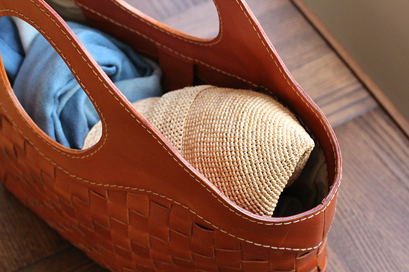田中帽子店 uk-h063 Mimi ミミ ラフィア キャスケット 57.5cm いつものスタイルをワンランク上の着こなしに 涼しげな素材感と軽さが魅力のラフィア素材でキャスケットを作りました。キャスケットは一見、難易度の高い帽子コーデと思われがちですがお手持ちのボーダーシャツやデニムと合わせるだけで清々しい印象のマニッシュな着こなしができます!シンプルなスタイルにも合わせやすいおすすめアイテムです。