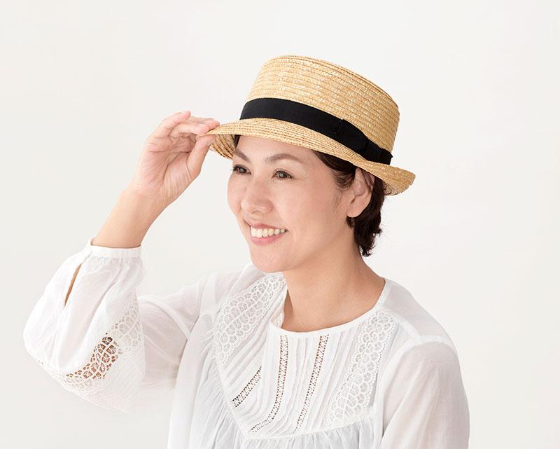 田中帽子店 uk-h064 Colette コレット カンカン型 中折れハット 57.5cm カンカン帽をよりカジュアルに! 夏の定番帽子型といえば、カンカン帽。平たい頭型とつばが特徴ですが、人気のカンカン帽に中折れ帽子についているようなつばを付けました。つばは短めなので、可愛くなりすぎずほどよくマニッシュな印象に、日よけもバッチリできるようになっています。中折れ帽子ほど、かっちりしすぎず、カジュアルに被りたい方におすすめです。