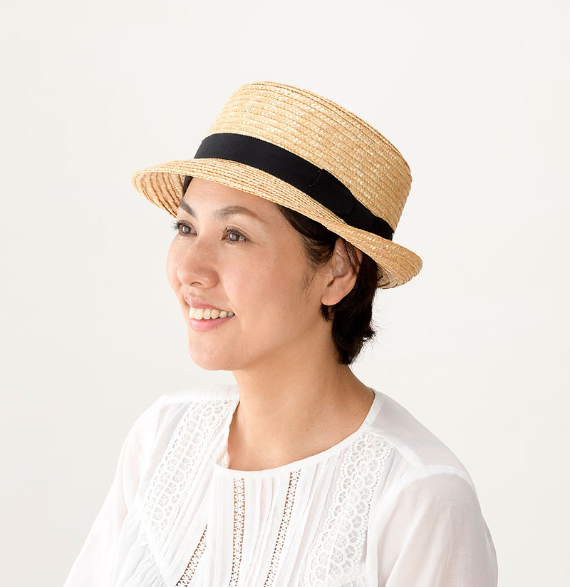 田中帽子店 uk-h064 Colette コレット カンカン型 中折れハット 57.5cm 機能性も備えた伝統手工芸品 麦わら帽子に使われるのは主に大麦の茎。それを7本組み、真田ひも状に編んだ「麦わら真田」が材料です。麦わらは空気をよく通し、帽子内にこもりがちな熱を放出し、熱中症対策にもなります。湿度の高い日本の夏こそ、昔ながらの麦わら帽子の良さを実感してください。