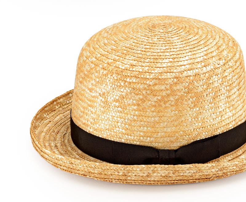 田中帽子店 uk-h065 Carla カーラ ボーラーハット 麦わら帽子 57.5cm 機能性も備えた伝統手工芸品 麦わら帽子に使われるのは主に大麦の茎。それを7本組み、真田ひも状に編んだ「麦わら真田」が材料です。麦わらは空気をよく通し、帽子内にこもりがちな熱を放出し、熱中症対策にもなります。湿度の高い日本の夏こそ、昔ながらの麦わら帽子の良さを実感してください。
