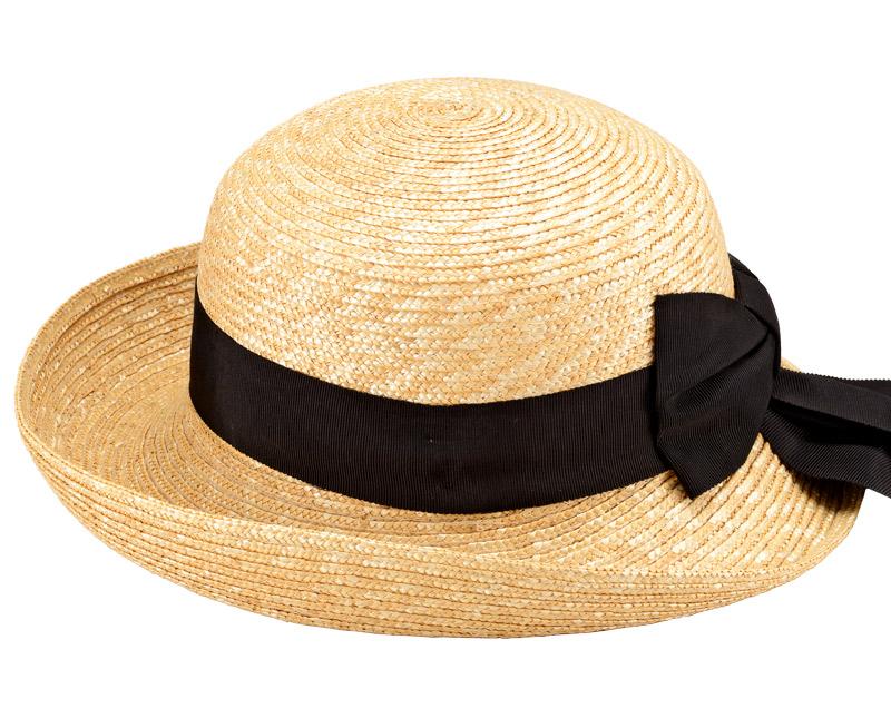田中帽子店 uk-h071 Bruton ブルトン 麦わら ブルトン 56.5cm 機能性も備えた伝統手工芸品 麦わら帽子に使われるのは主に大麦の茎。それを7本組み、真田ひも状に編んだ「麦わら真田」が材料です。麦わらは空気をよく通し、帽子内にこもりがちな熱を放出し、熱中症対策にもなります。湿度の高い日本の夏こそ、昔ながらの麦わら帽子の良さを実感してください。もちろん、ギフトにも喜ばれます。