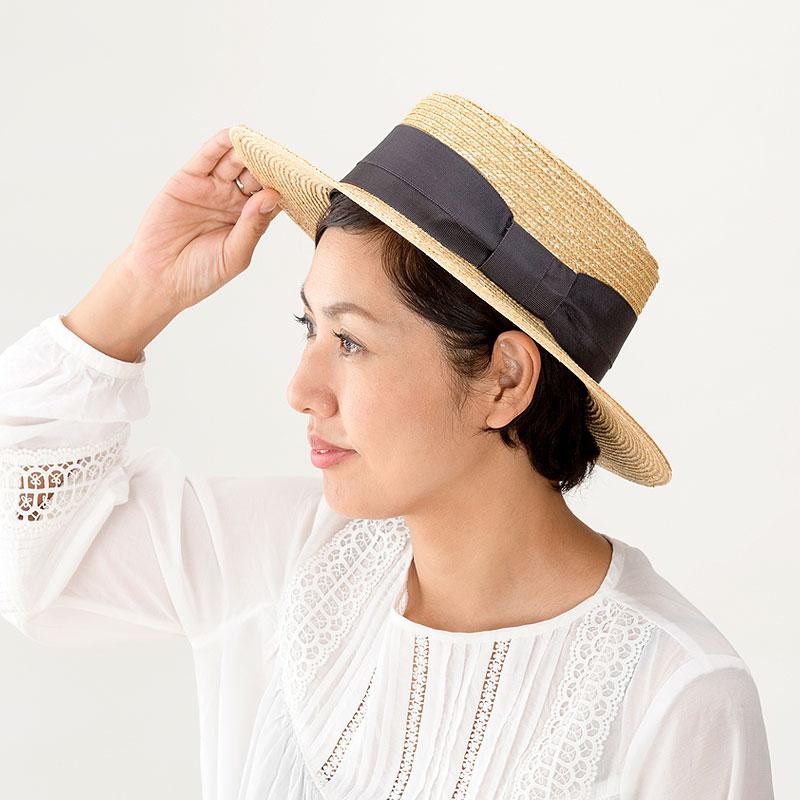 田中帽子店 uk-h074 Alma アルマ ポークパイ型 つば広カンカン 57.5cm 機能性も備えた伝統手工芸品 麦わら帽子に使われるのは主に大麦の茎。それを7本組み、真田ひも状に編んだ「麦わら真田」が材料です。麦わらは空気をよく通し、帽子内にこもりがちな熱を放出し、熱中症対策にもなります。湿度の高い日本の夏こそ、昔ながらの麦わら帽子の良さを実感してください。