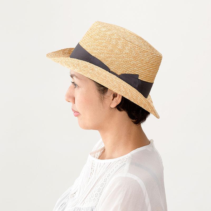 田中帽子店 uk-h076 Olga オルガ 麦わら シルクハット型 カンカン帽子 57.5cm 機能性も備えた伝統手工芸品 麦わら帽子に使われるのは主に大麦の茎。それを7本組み、真田ひも状に編んだ「麦わら真田」が材料です。麦わらは空気をよく通し、帽子内にこもりがちな熱を放出し、熱中症対策にもなります。湿度の高い日本の夏こそ、昔ながらの麦わら帽子の良さを実感してください。