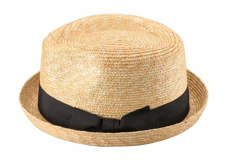 田中帽子店 uk-h077 Lloyd ロイド 麦わら 紳士用 ショートブリム オールアップ 中折れハット 59cm  機能性も備えた伝統手工芸品 麦わら帽子に使われるのは主に大麦の茎。それを7本組み、真田ひも状に編んだ「麦わら真田」が材料です。麦わらは空気をよく通し、帽子内にこもりがちな熱を放出し、熱中症対策にもなります。湿度の高い日本の夏こそ、昔ながらの麦わら帽子の良さを実感してください。