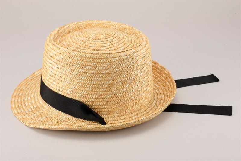 田中帽子店 uk-h078-na Tina ティナ ポークパイ型 カンカン 帽子 麦わら 女性用  ロングリボン ハット 57.5cm   麦わら帽子に使われるのは主に大麦の茎。それを7本組み、真田ひも状に編んだ「麦わら真田」が材料となります。まず、1本1本手で編み上げられた真田を霧吹きで湿らして縫製。次に型入れして天日で水分を飛ばした後、乾燥させて装飾します。この縫製→型入れ→装飾という流れを3人で分業して進めていくことで、1つの帽子が仕上がります。