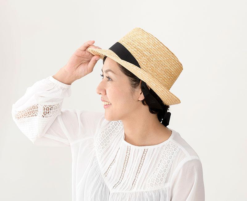 田中帽子店 uk-h078-na Tina ティナ ポークパイ型 カンカン 帽子 麦わら 女性用  ロングリボン ハット 57.5cm アレンジ自由なリボンでバック・フロント・サイド好みのスタイルに変えて楽しめる、遊び心あるデザインです。リボンは取り外し可能で、お手持ちのリボンとも付け替え可能。あご下でゆるく結んで帽子を安定させることもできるので、強い風でも安心な実用的。帽子をかぶっていない時に長いリボンを利用して、バッグのストラップに結んでもかわいいですよ。