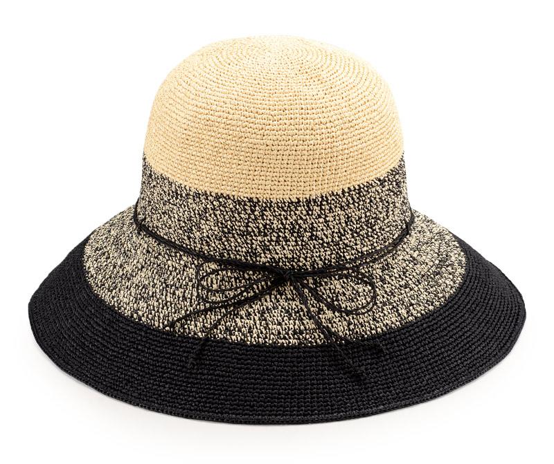 田中帽子店 uk-h080 Aria アリア 洗える ペーパーキャペリン 女性用 58cm 130年以上の歴史と伝統 田中帽子店 古くから米や麦の産地として栄えた埼玉県春日部市。特産品のひとつに麦わら帽子があります。それを伝統工芸として発展させた一翼を担ってきたのが 明治13年から6代に渡って続く帽子工房、田中帽子店。 伝統を継承しながらも新たな流行も取り込んだ帽子を生産しています。専用ミシンで円を描くように縫製する様は、まさに職人技。 熟練の職人たちがひとつひとつ丁寧につくっています。