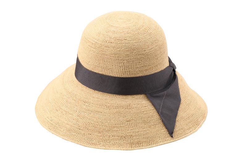 田中帽子店 uk-h091 Fiona フィオナ ラフィア つば広リボン キャペリン 57.5cm ラフィアとは、マダガスカル原産の「ラフィア椰子」の葉を加工した天然素材です。その繊維から作られる紐を編んだ素材から帽子を作っています。 使うほど手に馴染み肌触りもやさしくなっていきます。