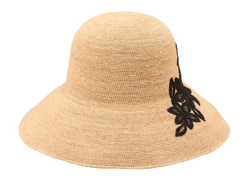 田中帽子店 uk-h092 Sally サリー ラフィア つば広レース付 キャペリン 57.5cm 柔らかく繊細な印象のあるラフィアの細編みで仕上げたキャペリンハット サイドにレースをあしらって、可愛らしいデザインのラフィアハット。女性らしさを感じるツバが広めのキャペリン型なので、日差し対策もばっちり。つば先にはソフトワイヤーが入り、つばの形を自由に楽しめます。カジュアルにもきれいめスタイルにも合わせて頂けるシンプルスタンダードなシルエットで、洗練された雰囲気を引き立てます。
