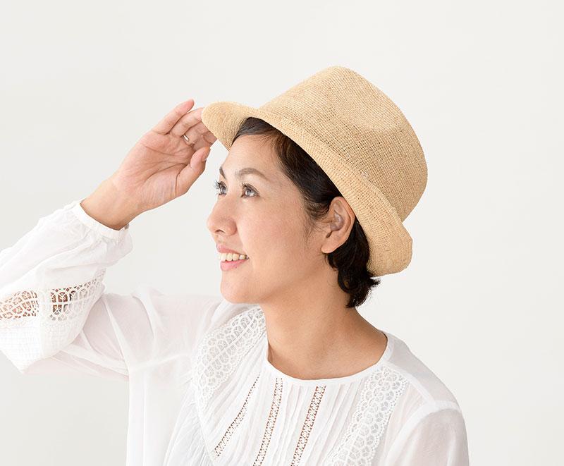 田中帽子店 uk-h094 Caul カール ラフィア チャーム付き 中折れ帽子 57.5cm 女性でもかぶりやすい中折れハット 手編みのラフィア素材を使った女性用の中折れ帽子です。前つばをダウンさせ、後ろつばをアップさせたハット型です。クラウンを高く、つばを短くすることで女性がかぶってもキメすぎず、ほどよい可愛さがミックスされています。どんな服装にも合わせやすい中折れハットは一つは持っておきたい定番アイテムです。