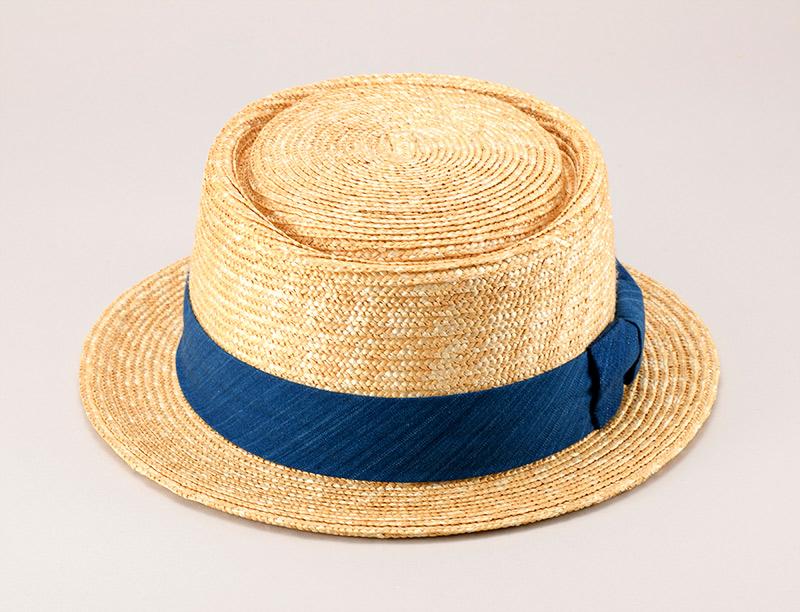 田中帽子店 小島屋 uk-kh036 藍染 ポークパイハット 95cm 浅めの平らなトップ。 気負いなくかぶれる、クラシカルな帽子 縁を取るように凹ませた周囲、短いつば。イギリスの伝統料理・ポークパイ(肉入りパイ)に似ていることからその名が付けられた定番帽子。長い間、イギリス紳士の必需品だったポークパイハット。 現在では、若い世代にも男女問わず愛用者の多いファッションアイテムです。 小島屋の武州正藍染めリボンが日本の伝統美を印象つけた和装にも似合うデザインです。