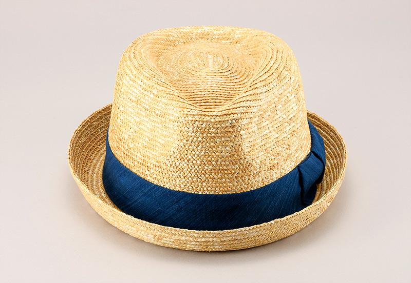 田中帽子店 小島屋 uk-kh077 藍染 小つば中折帽 かぶり方がアレンジできる、人気のデザイン! ブルトンは前後つばに差をつけ、前つばを上げても下げても使える人気のデザイン。下げれば顔全体を覆い日差しから顔を守り、上げれば帽子がフレームとなり小顔効果も期待できる一石二鳥の帽子です。付属のリボンが取り外し可能。サイズ調整テープも付いています。