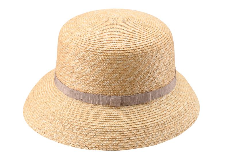 田中帽子店 uk-wh042 wa‐sou-和- Casablanca(カサブランカ) 麦わら 女性用  帽子 58cm   麦わら帽子に使われるのは主に大麦の茎。それを7本組み、真田ひも状に編んだ「麦わら真田」が材料となります。まず、1本1本手で編み上げられた真田を霧吹きで湿らして縫製。次に型入れして天日で水分を飛ばした後、乾燥させて装飾します。この縫製→型入れ→装飾という流れを3人で分業して進めていくことで、1つの帽子が仕上がります。