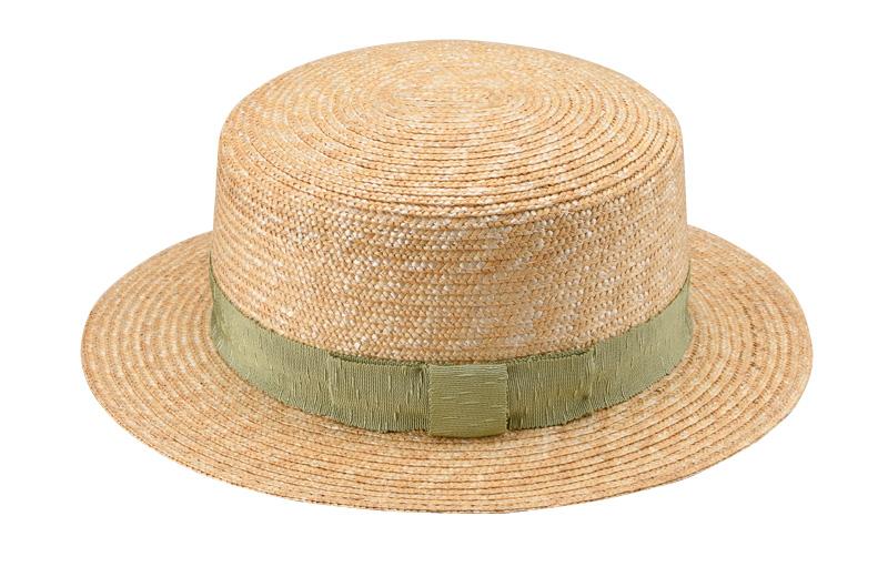 田中帽子店 uk-wh043 wa‐sou-和- Marin/f(マラン/フェム)麦わら 女性用カンカン帽子 57.5cm   麦わら帽子に使われるのは主に大麦の茎。それを7本組み、真田ひも状に編んだ「麦わら真田」が材料となります。まず、1本1本手で編み上げられた真田を霧吹きで湿らして縫製。次に型入れして天日で水分を飛ばした後、乾燥させて装飾します。この縫製→型入れ→装飾という流れを3人で分業して進めていくことで、1つの帽子が仕上がります。